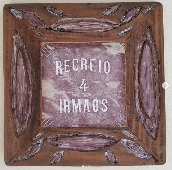 A placa que guardamos até hoje, agora na parede de outra casa, em Salvador.